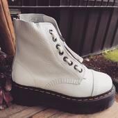 #DrMartens  #Sinclair White equipada con cremallera de quita y pon ¡para que las lleves como te apetezca! #martens #drmartenssinclair www.medinapiel.es