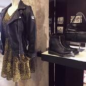 ¿Qué te parece combinar las #botas #drmartens con un vestidito vaporoso y una #biker de #piel? #TotalLook #medinapielmesientabien www.medinapiel.es