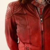 """❤️Rojo Vintage, what else?❤️  GIPSY JACKET CASCHA RED COMFORT FIT  Ref: 728226 en 📲www.medinapiel.es  199,90 € (-10% Cupón """"OTOÑO21"""")  #Cazadora de #cuero natural con capucha de tejido desmontable, estilo #motera . Exterior 100% piel. Largo: 53cm.  Acabado #vintage red y patrón #comfort (talla amplio)."""